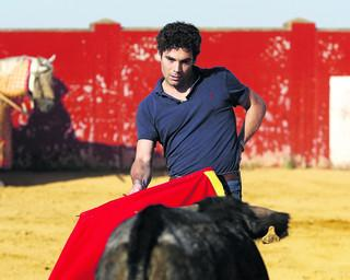 Alexander Fiske-Harrison takes part in bloodless training with a muira calf in Spain