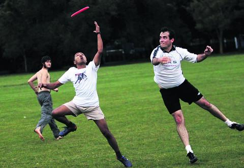 Avi Roy, left, and Eddie Leach in a frisbee challenge. Picture: OX54555 Ed Nix