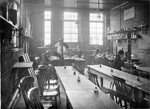 The Oxford Times: A science class at the Taylorian Institute in 1911