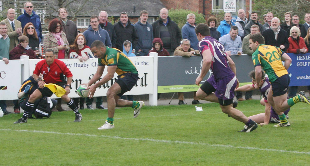 Christoph Bart scores Henley's third try against Loughborough