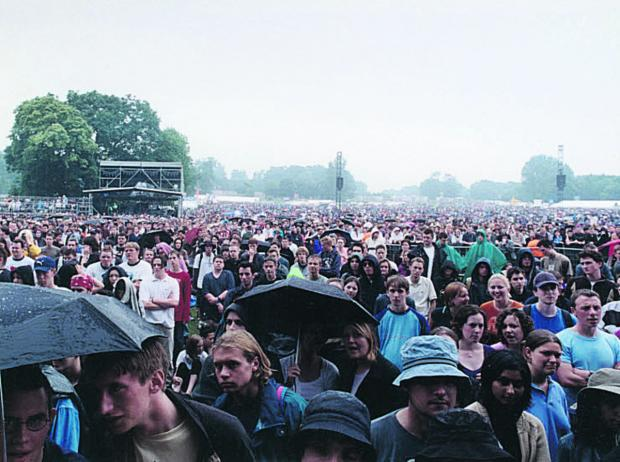 The crowd at the 2001 Radiohead concert in South Park, Oxford