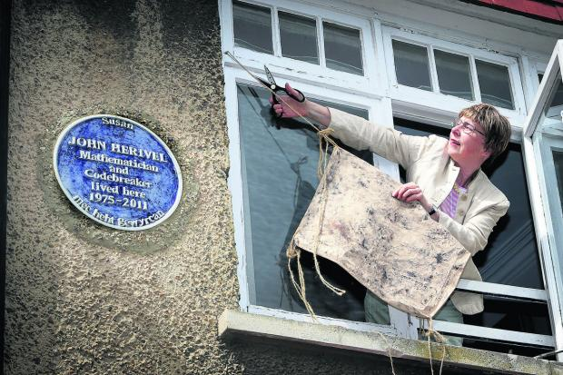 The Oxford Times: Susan Herivel unveils the blue plaque she made in memory of her father, John Herivel