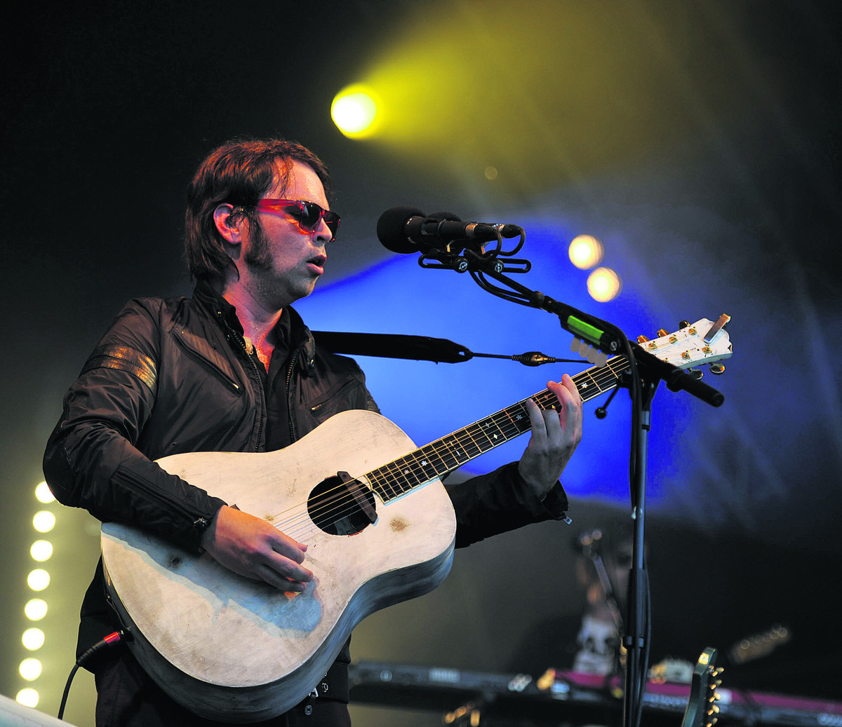 Gaz Coombes performing