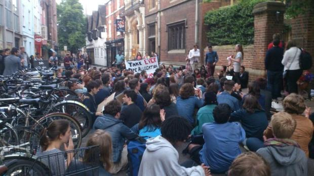 More than 100 people outside Oxford Union for vigil