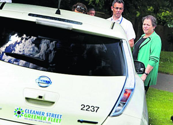 The Oxford Times: Baroness Kramer inspects one of the city council's green vehicles with parks operational manager Ian Thompson          Picture: OX68297 Damian Halliwell
