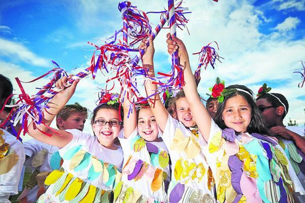 Aalya Khan, Zahra Khan, Sarah Lockhart and Michelle Latifi, all nine, of Kingfisher Class at St Francis Primary School, run through a dress rehearsal of their Morris dance for Cowley Road Carnival. Picture: OX68434 Cliff Hide