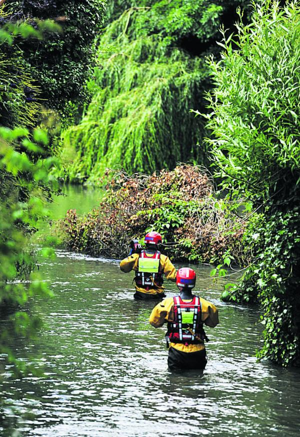 The Environment Agency working together with Oxfordshire Fire and Rescue to reduce the risk of flooding  Picture: OX684323 Mark Hemsworth