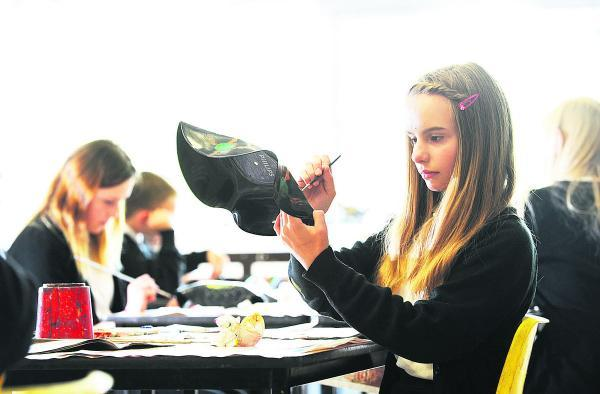 The Oxford Times: Alice Haughton decorates her bowl. Picture: OX68463 Jon Lewis