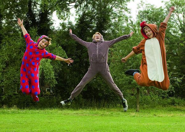 The Oxford Times: Ally Mitchell, Gabriel Mitchell and Paul Robinson-Tillyer, all aged 12, are running a 10k wearing onesies to raise money for Cancer Research UK		Picture: OX68626 Antony Moore