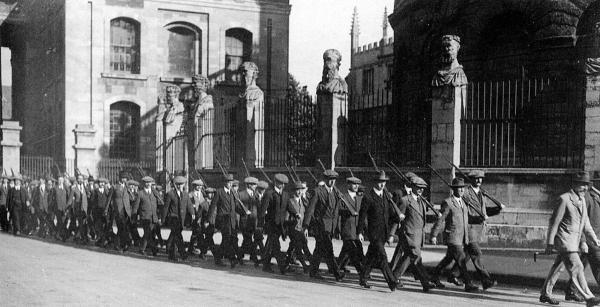Volunteers marching past the Sheldonian Theatre in 1914 after manoeuvres in the University Parks