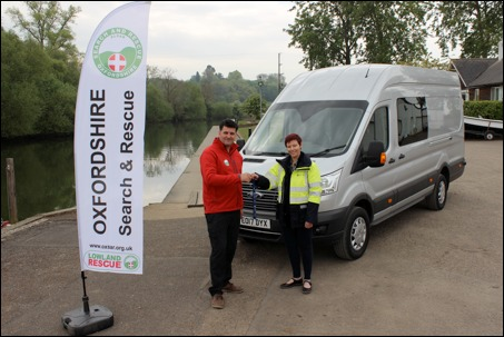 OxSAR chairman Jonathan Stevenson-Paul with SSEN customer relationship manager Lucy Anderson with the search group's new van